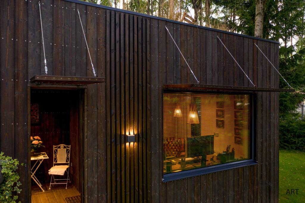 """Villart väikemaja on viimistletud Uula puidukaitseõliga, toon """"Hiili"""""""